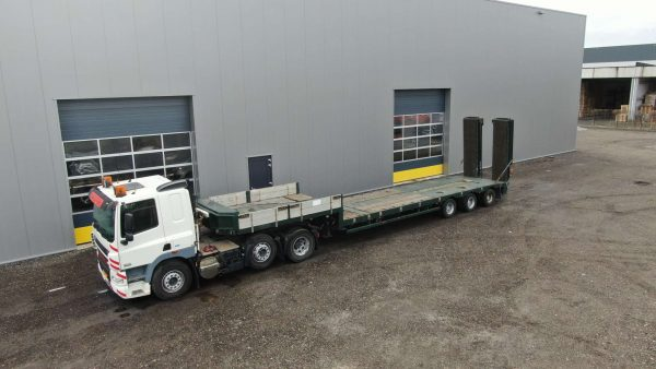 3 axle hydraulic steered semi lowbed for forklifts and skyworkers | 5,0 m hydraulic ramps | loadfloor extendable till 13,7 m | payload 30 tons