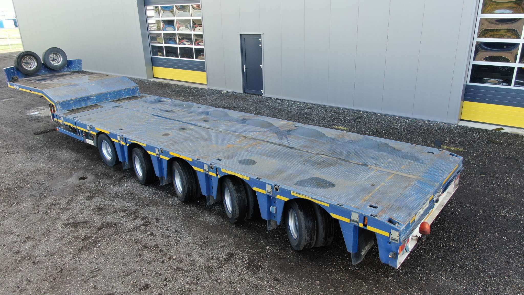 5 axle semi lowbed  4 axles hydraulic steering   extendable till 22,6 m   payload 50 tons